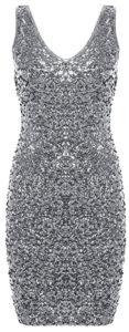 Robe courte col en V à paillettes argentées